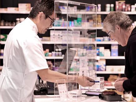 Mampara de protección para farmacias realizada en metacrilato incoloro