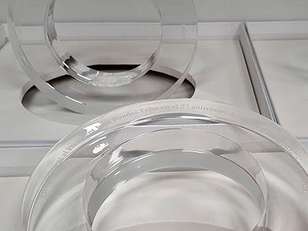 Premios en metacrilato incoloro con grabación láser realizados en 30mm de espesor