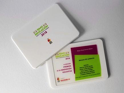 Premio de metacrilato con forma de tablet color blanco e impresión directa.