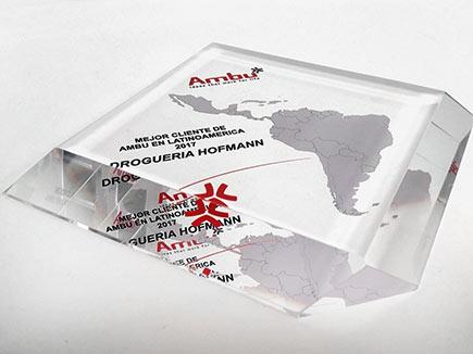 Premio metacrilato incoloro con forma de rombo y cantos biselados a 45º, con impresión directa y espejada