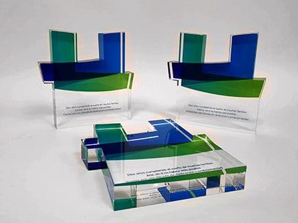 Reconocimientos en metacrilato incoloro recortados a la forma y con impresión directa con el nombre del premiado
