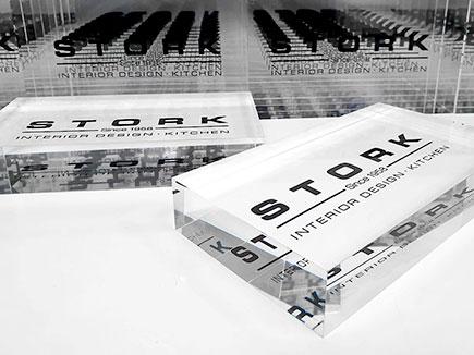 Bloque metacrilato corporativo stork con impresión digital espejada