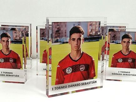 Trofeos deportivos en metacrilato incoloro con impresión digital de calidad fotográfica en reverso