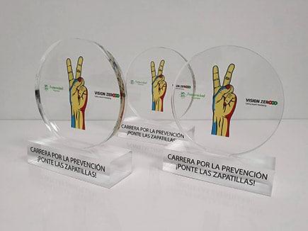 Trofeos metacrilato con peana e impresión digital espejada