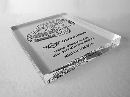 Trofeo metacrilato Mini_BMW realizado en 30mm de espesor e impreso digitalmente en espejo