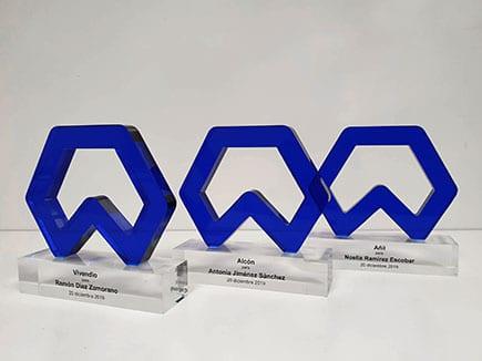 Trofeos en metacrilato azul marino y peana en metacrilato transparente personalizada con el nombre del premiado